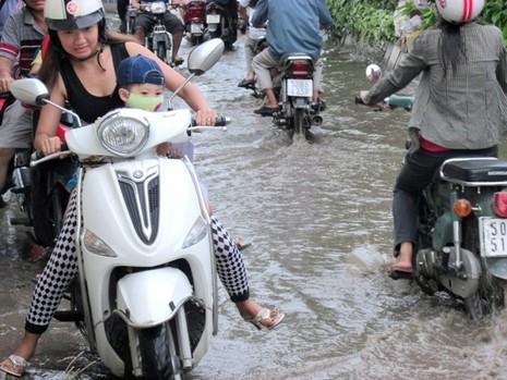 Đường Kha Vạn Cân TP.HCM không cần mưa vẫn ngập - ảnh 2