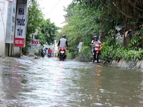 Đường Kha Vạn Cân TP.HCM không cần mưa vẫn ngập - ảnh 3