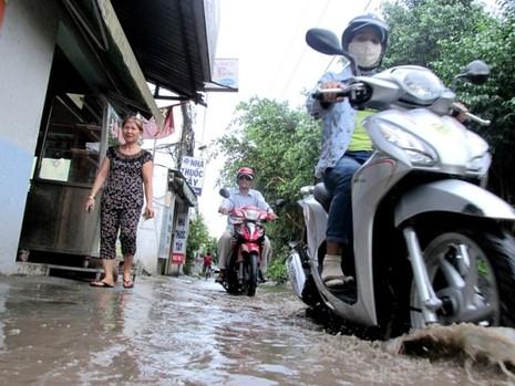Đường Kha Vạn Cân TP.HCM không cần mưa vẫn ngập - ảnh 1