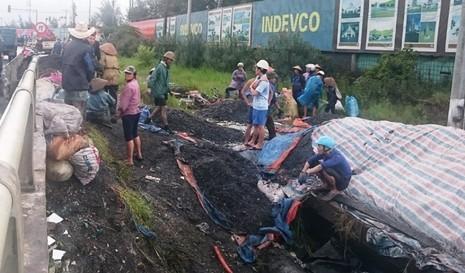 Người dân Quảng Ninh bất chấp nguy hiểm cố vớt than trôi - ảnh 2