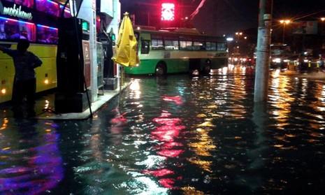 Sài Gòn lại ngập nặng sau cơn mưa lớn - ảnh 1