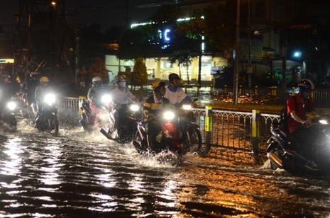 Sài Gòn lại ngập nặng sau cơn mưa lớn - ảnh 4