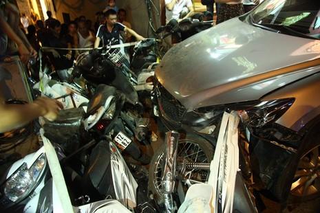 Ôtô mất lái đâm nhiều người bị thương - ảnh 1