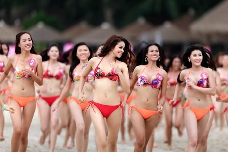 Nóng bỏng với dàn mỹ nhân HH Hoàn vũ 2015 trên bãi biển Nha Trang - ảnh 1