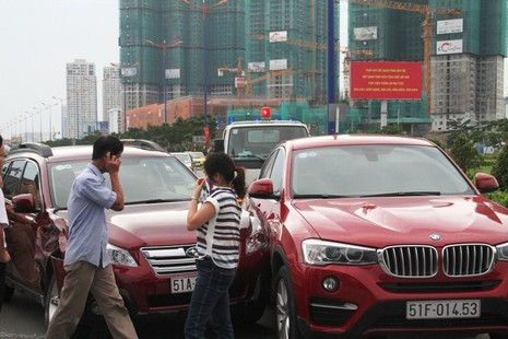 3 'xế hộp' hạng sang bị xe ben húc móp trên xa lộ Hà Nội - ảnh 5