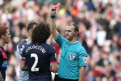 Chiếc thẻ đỏ điên rồ và không thể tin nổi - ảnh 1