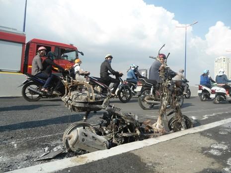 Xe máy cháy ngùn ngụt giữa cầu Sài Gòn - ảnh 1