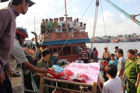 Đau đớn đón thi thể thuyền viên bị bắn ở Trường Sa về đất liền - ảnh 2
