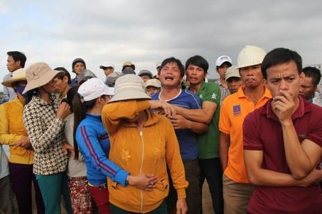 Đau đớn đón thi thể thuyền viên bị bắn ở Trường Sa về đất liền - ảnh 4