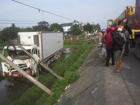 Va chạm, xe tải lao xuống ruộng tông đổ hai cột điện - ảnh 2