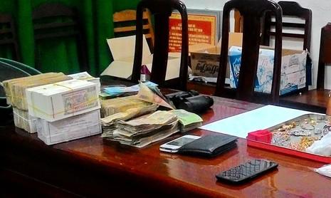 Trùm camera nhà sách bằng bao nylon, trộm tài sản hơn 600 triệu đồng - ảnh 2