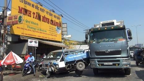 Hàng chục người dân nâng xe ba gác, giải cứu người phụ nữ  - ảnh 2