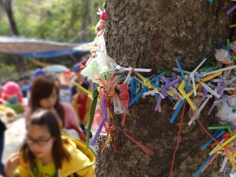 Rác xả xui và nỗi buồn nơi cửa Phật - ảnh 2