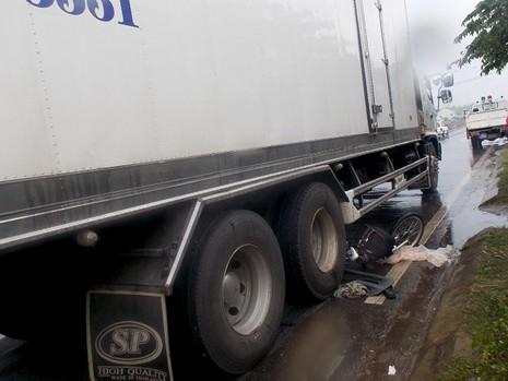 Cụ ông 83 tuổi bị xe tải kéo lê hàng chục mét - ảnh 1