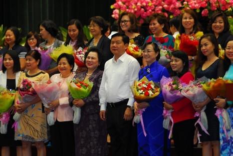 Bí thư Đinh La Thăng tặng hoa cho các nữ doanh nhân ngày 8-3 - ảnh 2