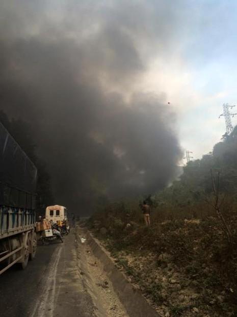 Ô tô khách va xe chở nhựa đường, lửa cháy ngùn ngụt  - ảnh 1