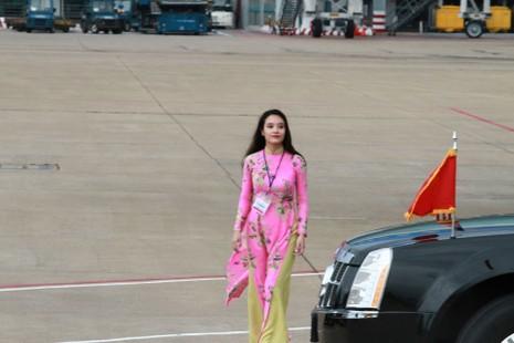 Cô gái vinh dự tặng hoa cho tổng thống Obama ở Tân Sơn Nhất - ảnh 3