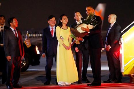 Cô gái vinh dự tặng hoa cho tổng thống Obama ở Tân Sơn Nhất - ảnh 4