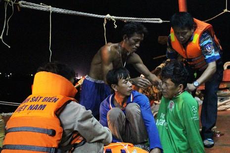 Cảnh sát biển đưa các nạn nhân bị thương vào bờ để chuyển đến bệnh viện