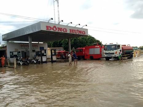Thủy điện xả lũ, mưa lớn, nhà dân và QL1 ngập nặng - ảnh 2