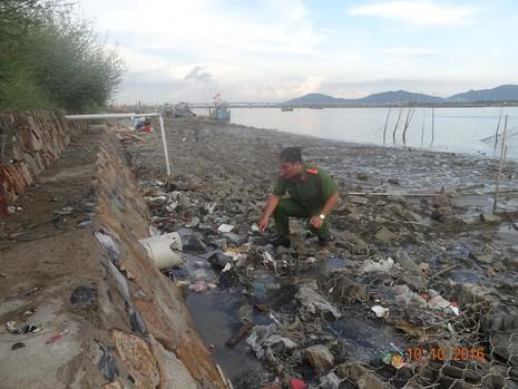 Cơ sở chế biến hải sản xả thải thẳng ra sông, biển - ảnh 1