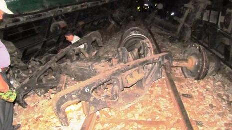 Tàu hỏa lật, đường sắt Bắc-Nam bị chia cắt - ảnh 3