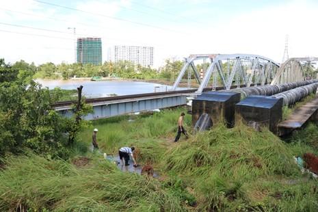 Khắc phục sự cố vỡ ống nước qua cầu Gò Dưa - ảnh 4
