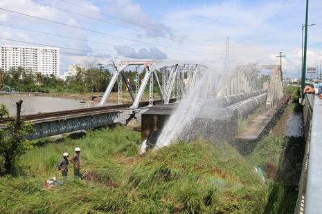 Khắc phục sự cố vỡ ống nước qua cầu Gò Dưa - ảnh 1