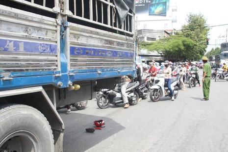 Hai nữ sinh bị kéo lê dưới gầm xe tải - ảnh 2