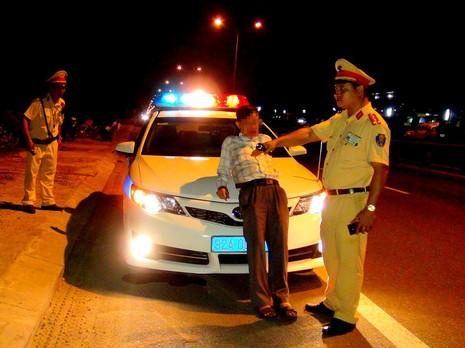 Phạt tài xế say rượu chặn đầu xe CSGT gần 20 triệu - ảnh 1