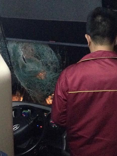 Hai người chở cả ba lô đá ném hàng loạt xe khách - ảnh 3