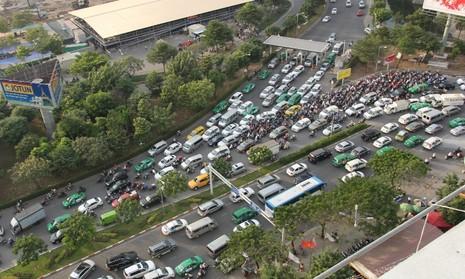 Vận động hành khách tới sân bay Tân Sơn Nhất một mình - ảnh 1
