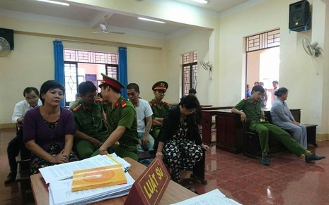 Bà Nguyễn Thị Ước (bận đồ xám, góc phải ảnh) tại phiên toà hôm nay ở Chơn Thành.