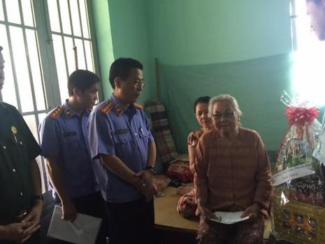 Ông Trần Kiến Xương - Chánh văn phòng VKSND TP.HCM hỏi thăm mẹ