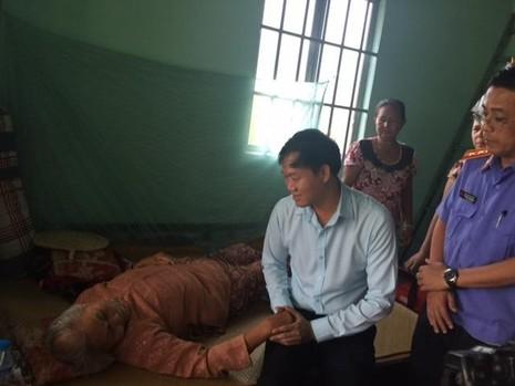 Đoàn công tác của VKSND TP.HCM thăm hỏi, phụng dưỡng Mẹ Việt Nam anh hùng Lê Thị Phiền sáng 25-7. Mới mấy ngày trước thôi, mẹ còn tự đi lại và luôn tay đan sọt