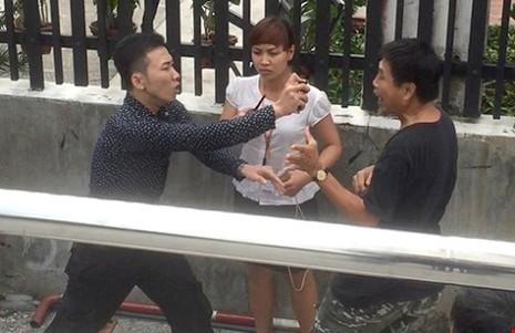 Quách Minh Thắng (trái) đang xịt hơi cay ông Phan Thế Tú