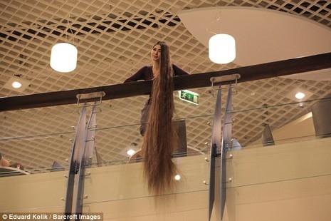 Cô gái có mái tóc dài hơn 2m - ảnh 4
