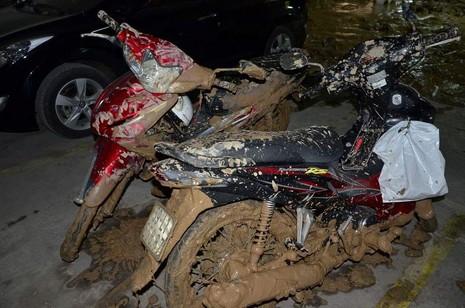 Vỡ tường hầm chung cư Giai Việt, hàng trăm tấn bùn đổ vào nhà xe  - ảnh 1