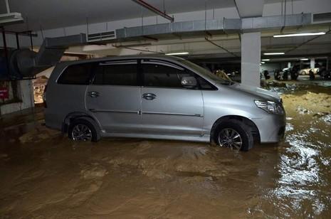Vỡ tường hầm chung cư Giai Việt, hàng trăm tấn bùn đổ vào nhà xe  - ảnh 2