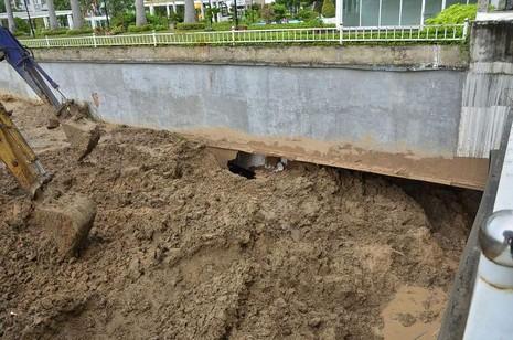 Vỡ tường hầm chung cư Giai Việt, hàng trăm tấn bùn đổ vào nhà xe  - ảnh 4