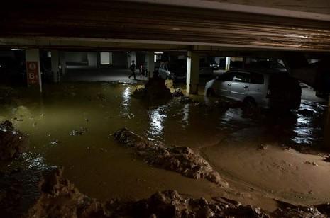 Vỡ tường hầm chung cư Giai Việt, hàng trăm tấn bùn đổ vào nhà xe  - ảnh 3