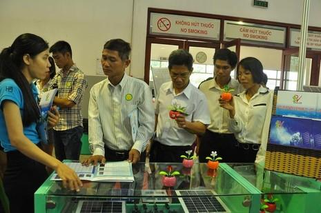 Người tiêu dùng tìm hiểu thiết bị, pin năng lượng mặt trời để tiết kiệm điện