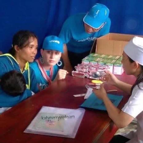 Ca sĩ Katy Perry đến với trẻ em Ninh Thuận - ảnh 2