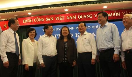 Bí thư TP. Hà Nội Phạm Quang Nghị, Bí thư TP.HCM Đinh La Thăng trao đổi với bà Trần Hồng Ánh - con gái của ông Trần Bạch Đằng. Ảnh: TÁ LÂM