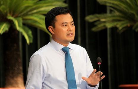 Giám đốc Sở GTVT Bùi Xuân Cường trả lời chất vấn. Ảnh: HOÀNG GIANG