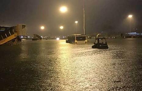 Sân bay Tân Sơn Nhất bị ngập hôm 26-8. Ảnh: Facebook