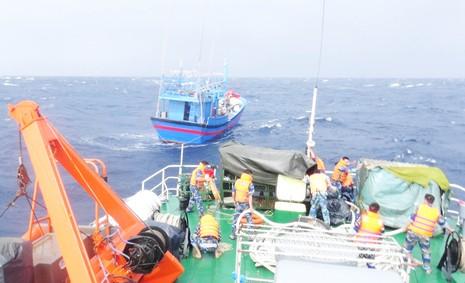 Cứu thành công hai tàu cùng hàng chục ngư dân bị nạn sắp chìm - ảnh 4