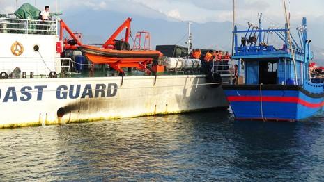 Cứu thành công hai tàu cùng hàng chục ngư dân bị nạn sắp chìm - ảnh 6