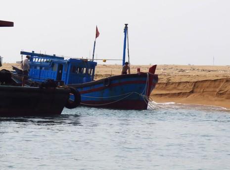 Sóng lớn, cửa biển bồi lấp khiến tàu cá liên tiếp bị nạn - ảnh 1