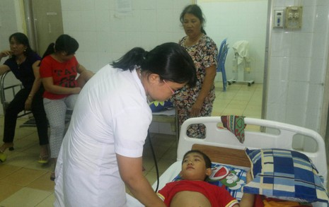 Một trẻ em nhập viện tại BV Sản Nhi Phú Yên sau khi ăn bánh mì. Ảnh: TL